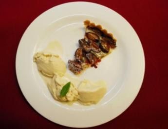 Zwetschgenkuchen mit Sahne und Vanilleeis (Christian Kohlunds) - Rezept