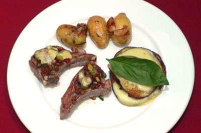 Lammkoteletts mit Kräuter-Käsekruste, Rosmarinkartoffeln und Melanzane - Rezept