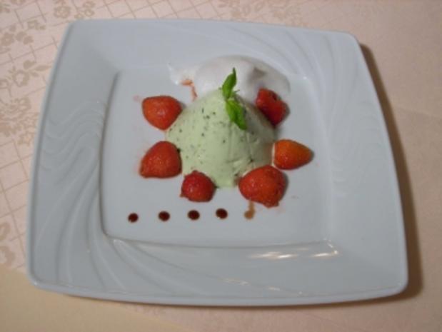 Basilikum-Quark-Mousse mit marinierten Erdbeeren - Rezept
