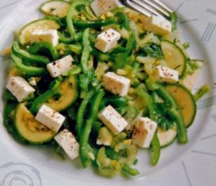 Paprika Salat mit Zucchini und Käse - Rezept - Bild Nr. 2