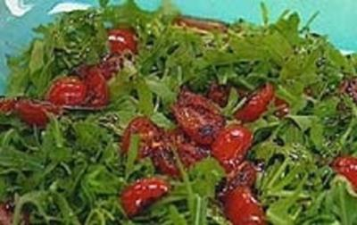 Rezept: Rucola-Salat mit gerösteten Tomaten