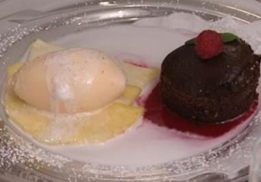 Rezept: Warmes Schokoladenmousse mit Joghurteis dazu Ananas in einer Kokosmilchmarinade