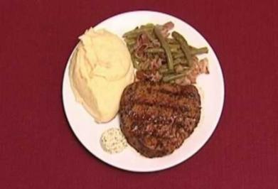 Steak, Garlic Smashed Potatoes, Greens and Carrots (Rob Uncles) - Rezept