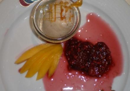 Tonkabohneneis mit Feigen und Granatapfel in Fruchtsoße - Rezept