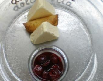 Weißes Schokoladenparfait auf Pernod-Kirschen mit Ingwerröllchen - Rezept