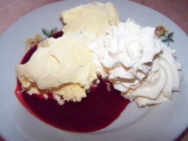 Vanilleparfait mit Himbeerspiegel und Schlagsahne - Rezept