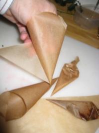 Papiertütchen Herstellung  zB. zum Spritzen von Schokoladen- Ornamenten - Rezept