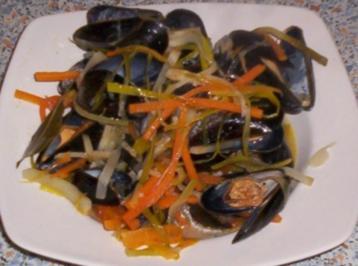 Miesmuscheln im Weißweinsud mit Gemüsestreifen - Rezept