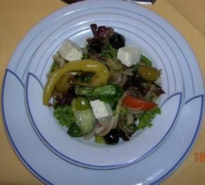 Griechischer Salat mit Stangenweißbrot - Rezept