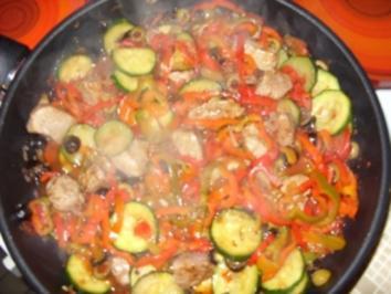Filetstücke auf buntem Gemüse und süßer Chilisoße - Rezept