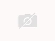 Kleine Fleischstrudel auf marinierten Gurken mit pikanter Sauce - Rezept
