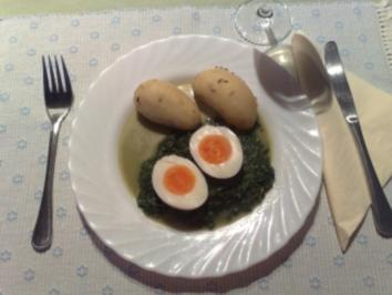 Gekochte Eier auf Spinatbett - Rezept