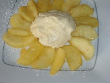 Calvados-Mascarpone-Creme auf karamellisierten Apfelspalten - Rezept