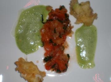 Gebackene Mozzarellakrapfen auf Tomaten mit Basilikumschaum - Rezept