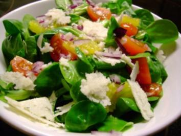 Salat: Feldsalat mit Parmesankäse und roten Zwiebeln - Rezept