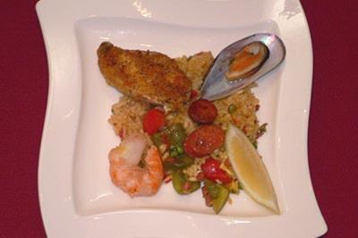 Spanische Paella mit Fleisch und Fisch - Rezept