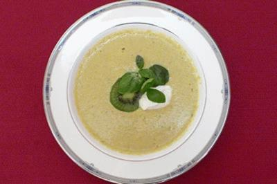 Romanesco-Suppe mit Basilikumspitzen - Rezept