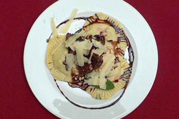 Erdbeer-Rucola-Ravioli mit Straußenfilet an Balsamicojus - Rezept