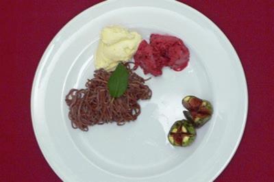 Selbst gemachte Schokonudeln mit Früchten und Eis - Rezept