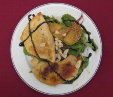 Gefüllte Samosas auf einem Bett von Salat mit Rübenkraut-Dressing - Rezept