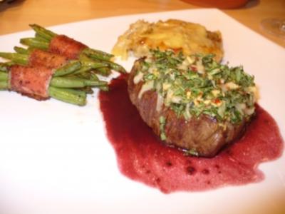 Rinderfilet mit Rucolakruste, dazu Tartiflette, grüne Bohnen im Speckmantel und Rotweinbutter - Rezept