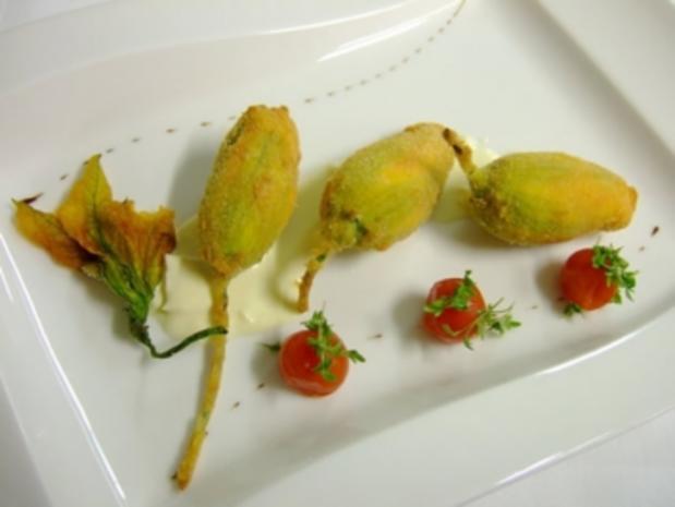 Gefüllte Zucchiniblüten frittiert auf Käsesosse - Rezept