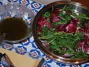 Rucola-Radicchio-Salat mit frischem Parmesan und Zitronensoße - Rezept