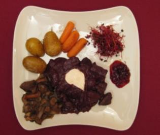 Zartes Rehragout mit Waldbeeren und Butter-Drillingen - Rezept