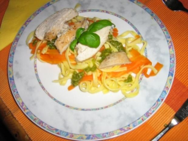 Hähnchenbrust mit  Gemüsepasta und Erdnuss-Basilikum-Pesto - Rezept