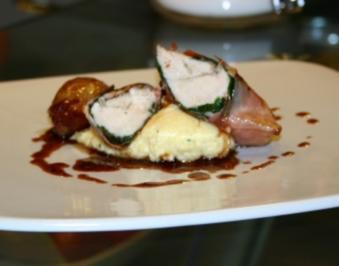 Hühnerfilets im Parmaschinkenmantel auf Polenta mit Rotweinschalotten und Thymiansauce - Rezept