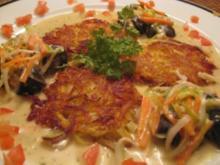 Achat - Schnecken in einer Gemüse - Kräuterauce an kleinen frischen Reibekuchen - Rezept