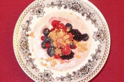 Geeiste Marzipansuppe mit frischen Beeren und Amarettini-Crunch - Rezept