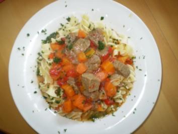 Rindergulasch mit Paprika und Karotten - Rezept