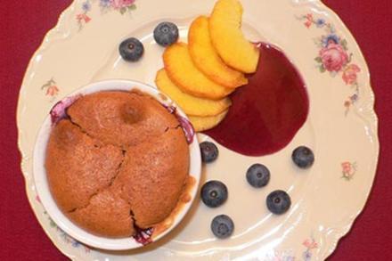 Pfirsich-Heidelbeer-Cobbler auf Pfirsichfächer und Heidelbeerspiegel - Rezept