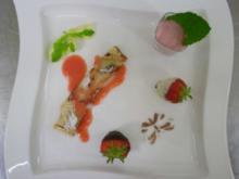 Erdbeermousse mit frischer Gartenminze an Palatschinken - Rezept