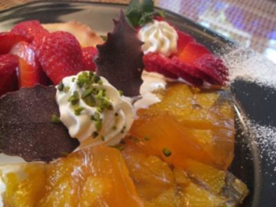 Campari- Orangensülze an frischen Erdbeeren im Körbchen mit warm-Kalter Vanillesabajonne - Rezept
