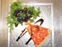 Tomatentarte mit Rucola an Blaubeer-Balsamico-Dressing - Rezept