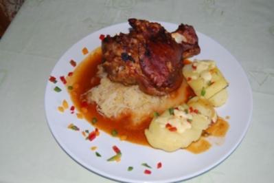 Gegrillte Schweinshaxe auf Sauerkraut mit Schmelzkartoffeln und Krautsalat - Rezept