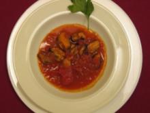 Miesmuscheln in Rotwein geschmort mit Tomatensoße und Petersilie - Rezept