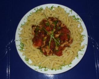 Nudeln mit Putenstreifen-Tomatensoße - Rezept