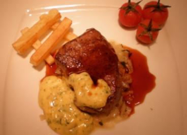 Delmonico Steak dazu Kartoffelstifte, Zwiebelconfit und zweierlei Soßen - Rezept