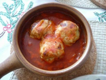 Hackfleisch-Bällchen überbacken in Tomatensoße - Rezept