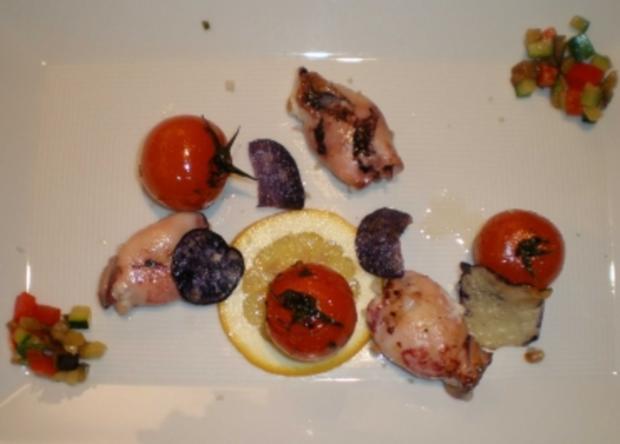 Gefüllte Calamaretti mit Ofentomaten und lila Kartoffelchips - Rezept