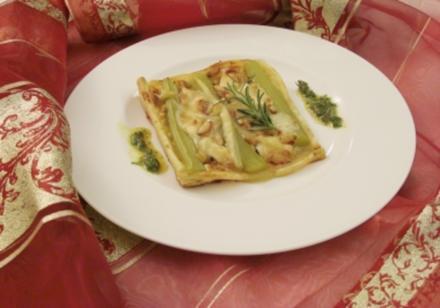 Rhabarber-Tarte mit Ziegenkäserollen an Pinienkernen und Rosmarin - Rezept