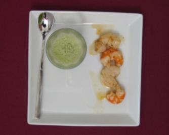Kaltes Koriander-Gurken-Süppchen mit Garnelen und Jakobsmuscheln - Rezept
