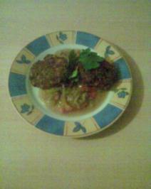 Saftige Laibchen mit Paprika - Zwiebel - Sauce - Rezept