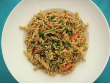 Vegetarisch: Vollkornnudeln mit Pesto und Tomaten - Rezept