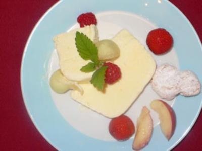Ricottaeis mit Maraschino und frischen Früchten - Rezept