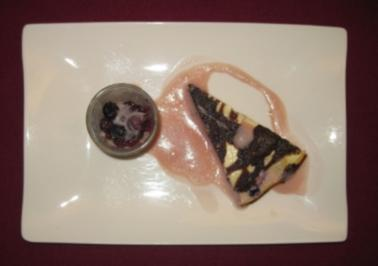 Blaubeer-Käsekuchen-Brownie mit Zabaione und beschwipsten Beeren - Rezept