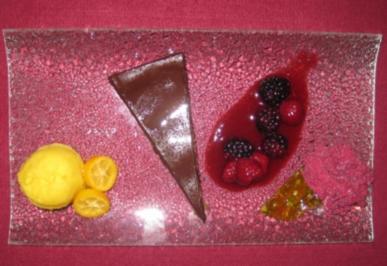 Schokoladenkuchen mit Orangen-Lavendel-Sorbet und Waldbeerencoulis - Rezept